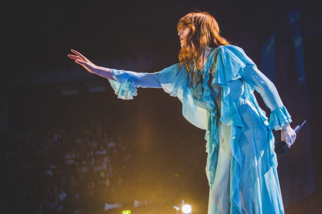 Florence Welch sul palco della Unipol Arena